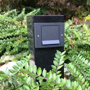 Unauffaellige Steckdose für Gartenstrahler und Gartenbeleuchtung