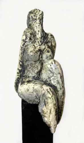 Weiße Sitzende Frauen-Skulptur außen