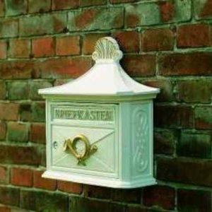 weißer nostalgischer Briefkasten
