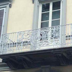 Weisses Balkongeländert als Vorbild zur Hausgestaltung.