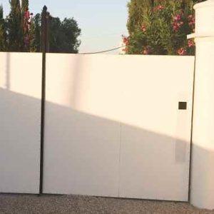 Weisses Eingangstor als Anregung für Ihr Eigenheim
