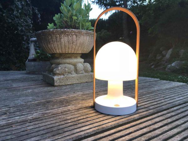 Akku Tischlampe außen in Funktion