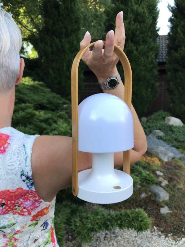 Akku Tischlampe außen und innen nutzen