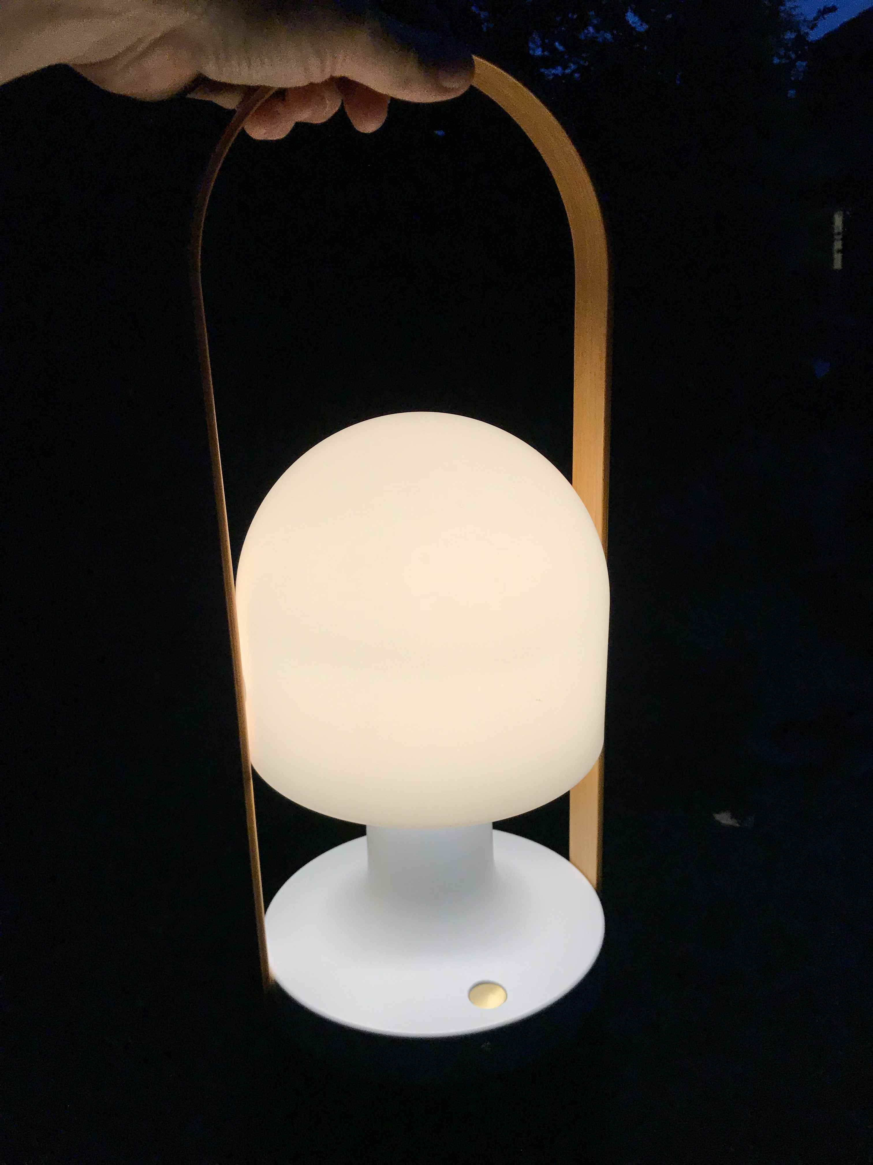 gro e akku tischlampe die eine gro e flexibilit t bietet. Black Bedroom Furniture Sets. Home Design Ideas