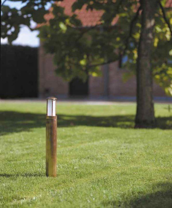 Messing Poller Gartenleuchte auf Rasen