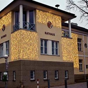 Große weihnachtliche Lichtvorhänge für außen