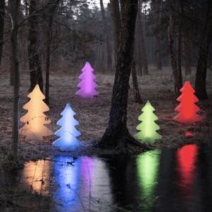 farbig leuchtende Weihnachtsbäume