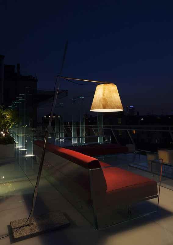 Designer Stehlampen auf dem Balkon als Tischleuchte