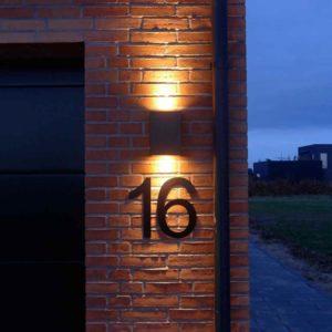 Hausnummer eindrucksvoll beleuchtet