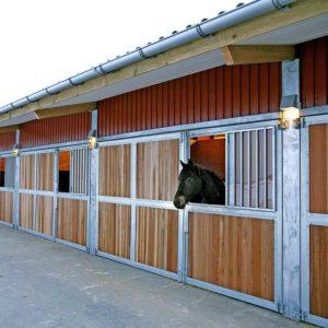 Kleine verzinkte Wandleuchte für Pferdeboxen