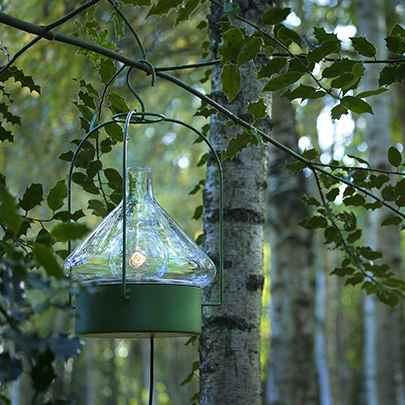 Mobile Hängeleuchte für eine Gartensitzecke