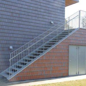 Verzinkte Treppenanlage passend beleuchten