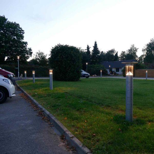 moderne dänische verzinkte Pollerleuchte außen am Parkplatz