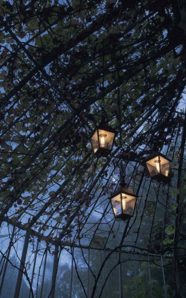 3 hängende Gartenlaternen im Baum