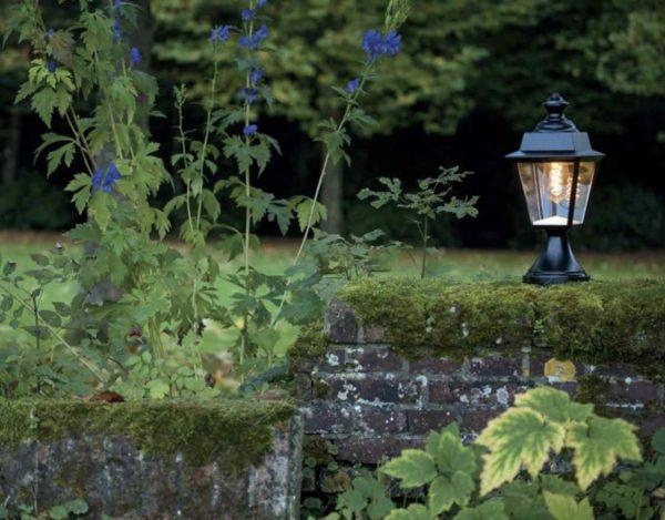 Sockel Gartenlaterne auf einer Mauer