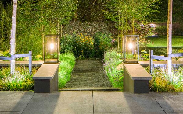 Schöne Sockel- und Pfeilerleuchte im Garten