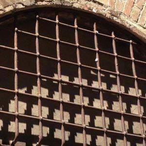 Historisches großes geschmiedetes halbrundes Torbogenfenster