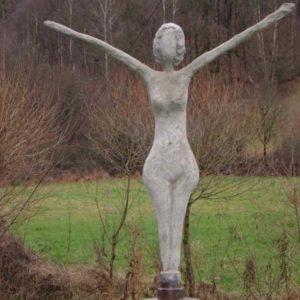 Große weibliche Gartenskulptur