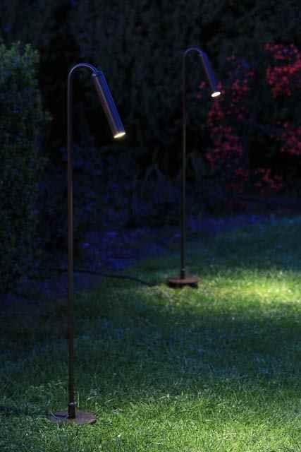 Dezent filigrane Gartenleuchten am Rasen