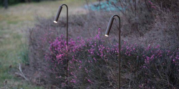 Dezent filigrane Gartenleuchten im Beet