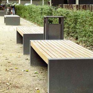 Schlichte moderne Gartenbank