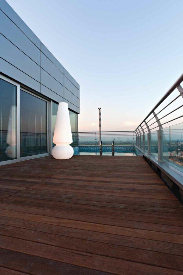 große weiß leuchtende Außenleuchte auf der Terrasse