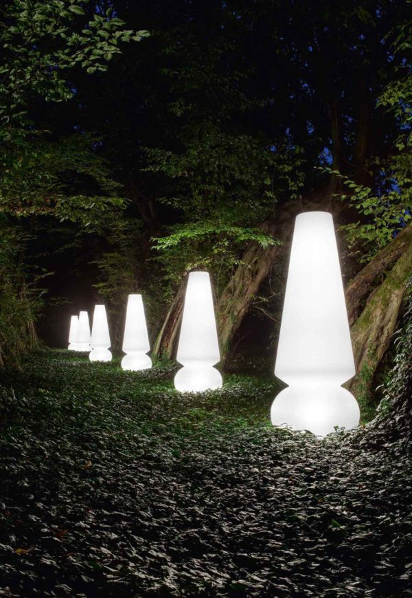 große weiß leuchtende Außenleuchte im Garten