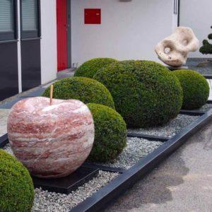 Apfel Skulptur im Garten