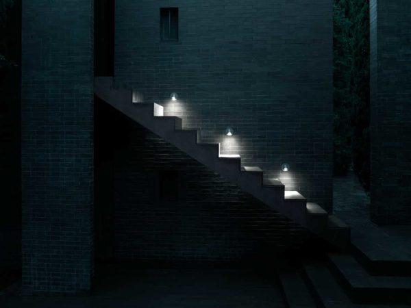 Die Stufenleuchten setzen die Treppe wunderbar in Szene