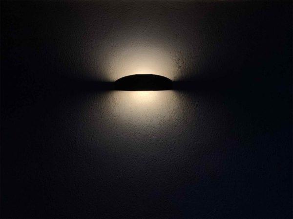 Solar Segel Wandlampe bei Nacht