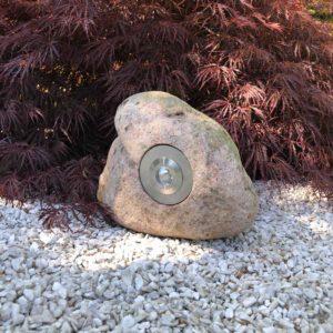 Steinleuchte im Garten