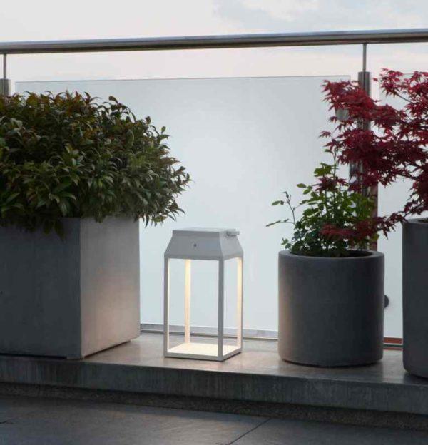 Tragbare Solarleuchte auf der Fensterbank