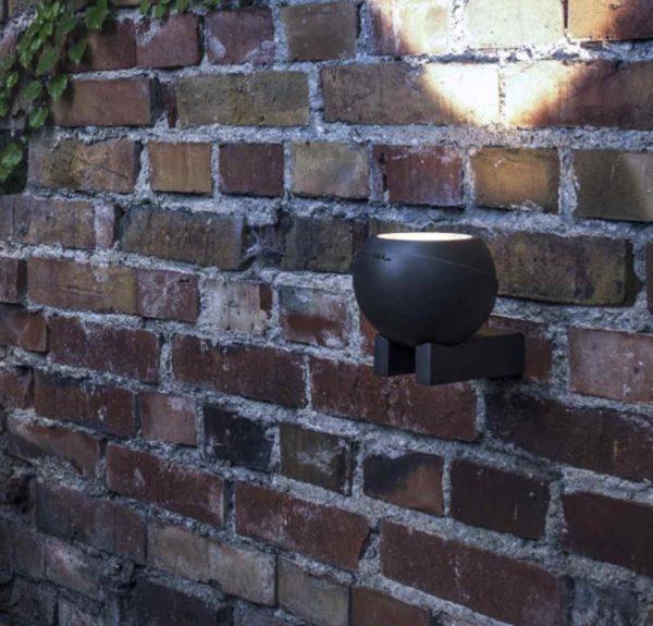Moderne runde Außenwandleuchte in niedriger Höhe schön und effektvoll installiert