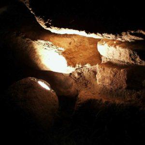 Natursteinwand beleuchtet mit einer Natursteinleuchte