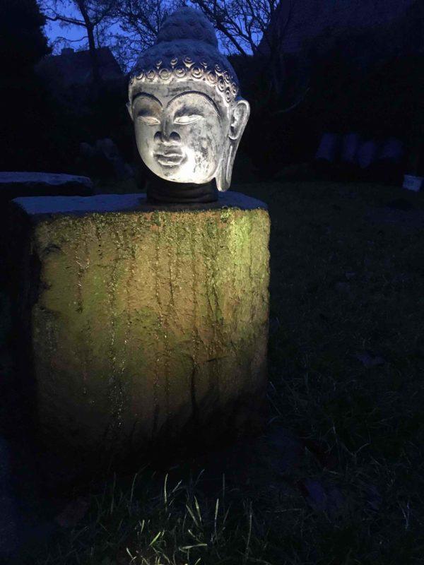 Buddhakopf nachts beleuchtet, Buddhakopf abends und tagsüber eine schöne Erscheinung