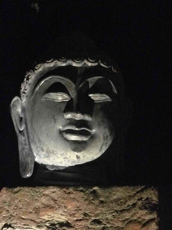 Buddhakopf bei Nacht