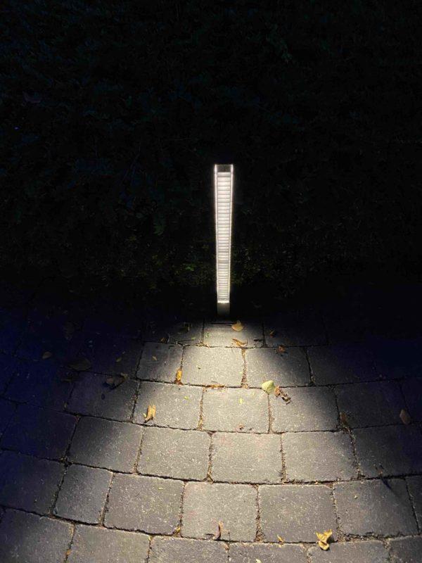 Schmale moderne Wegleuchte für blendfreis Licht