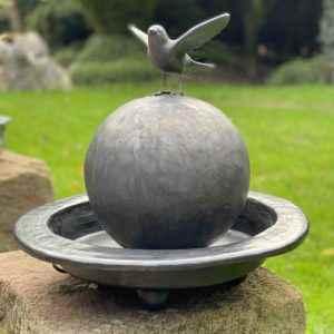 Kleiner schöner Garten Wasserbrunnen