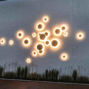 Originelle Wandgestaltung mit Licht im Außenbereich