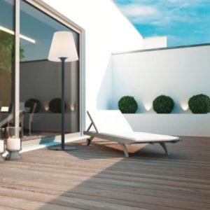 Stehlampe für das grüne Wohnzimmer im Außenbereich