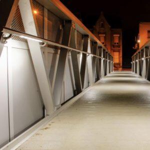 Beleuchteter Wand Handlauf am Brückengeländer