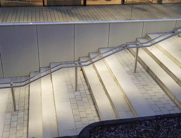 Edelstahl Treppenanlage mit Mittelgeländer mit eingebauter Beleuchtung