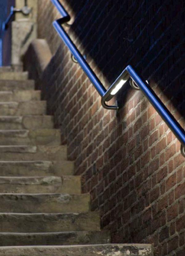 Edelstahl Wand Handlauf mit Beleuchtung an einer großen Treppenanlage außen