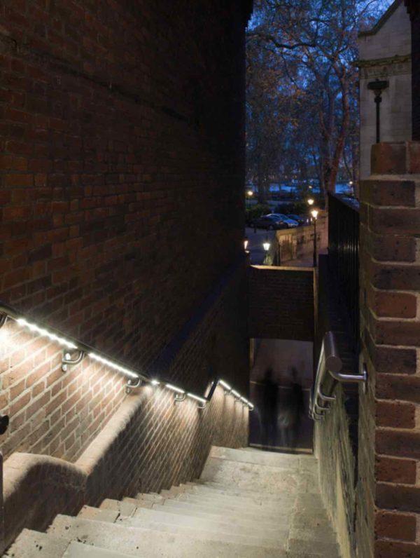 Edelstahl Wand Handlauf mit Beleuchtung im Stadtbereich