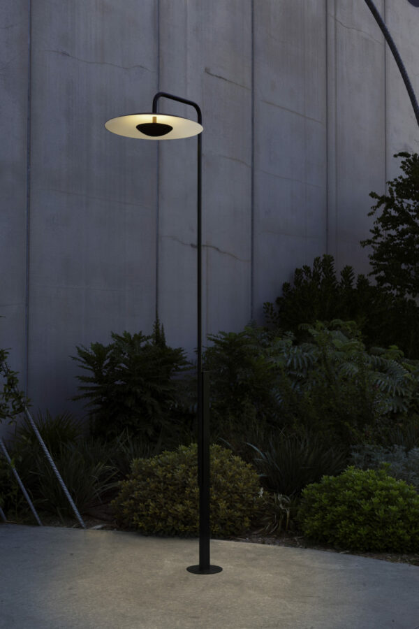 3 Meter große LED Gartenleuchte