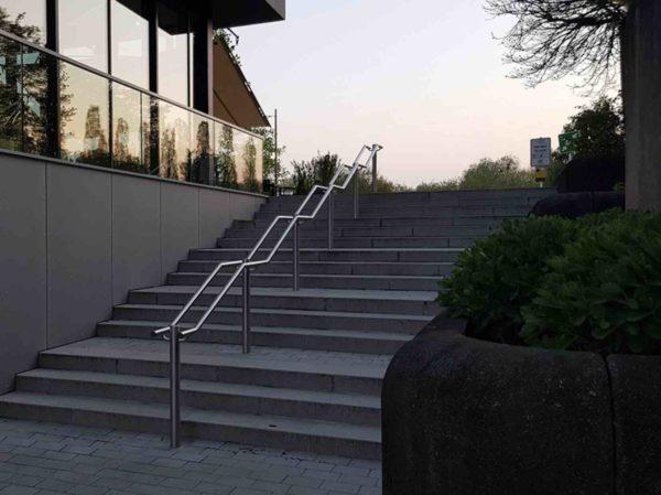 Öffentliche Edelstahl Treppenanlage mit Mittelgeländer mit eingebauter Beleuchtung