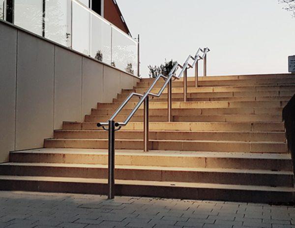 Treppenanlage mit Mittelgeländer mit eingebauter Beleuchtung