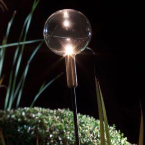Dezente kleine Glaskugel als Gartenleuchte