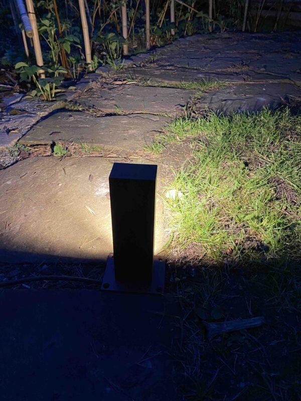 Kleine 230V Corten Wegleuchte im Garten
