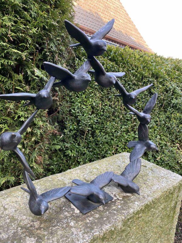 Kunstvolle Spatzen Vogelskulptur als Vogelschwarm